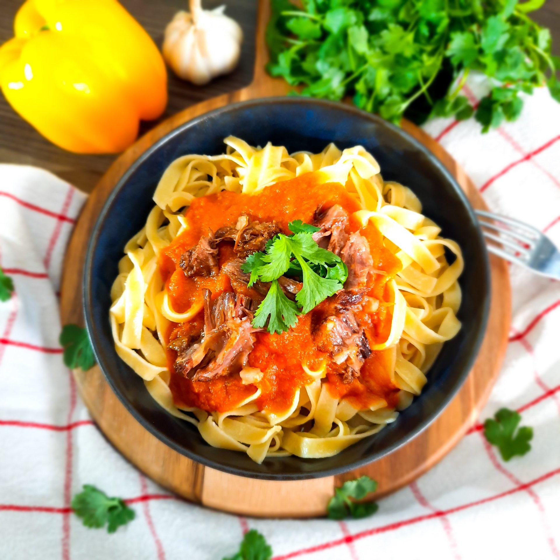 Oksehaleragu servert med deilig pasta